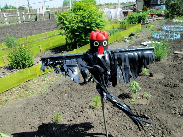 Пугало для защиты клубники от птиц